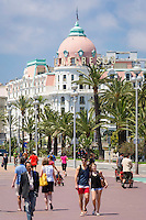 France, Provence-Alpes-Côte d'Azur, Nice: walking along seaside Promenade des Anglais, at background famous hotel Le Negresco | Frankreich, Provence-Alpes-Côte d'Azur, Nizza: Bummeln auf der Promenade des Anglais, im Hintergrund das beruehmte Hotel Le Negresco