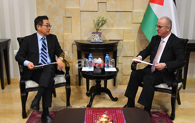 Palestinian Prime Minister, Rami Hamdallah, meets with First Vice-President of the Japan Cooperation Foundation (JICA), Mr. Kazahiko Koshukawa, and Japan's Representative to Palestine Takeshi Okub, in the West Bank city of Ramallah, on February 6, 2019. Photo by Prime Minister Office
