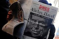 """Los valores que Vaclav Havel transmitió """"son universales: se trata del individuo enfrentado al poder y cómo éste moldea las conciencias"""", un tema que sigue siendo de actualidad hoy,""""sometidos como estamos a la presión del poder económico y a la dictadura de los mercados"""", dijo este domingo, 18 de diciembre, a Efe la traductora del fallecido presidente checo, Monika Zgustova."""
