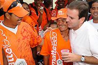 RIO DE JANEIRO, RJ, 04 DE MARÇO DE 2012 - PREFEITO EDUARDO PAES -  O Prefeito Eduardo Paes se encontrou com grupo de vendedores de mate, limonada e biscoito de polvilho neste domingo (04/03), na Praia do Leme, e os declarou Patrimônio Cultural Carioca, mais um símbolo da cidade do Rio de Janeiro. FOTO GLAICON EMRICH - BRAZIL PHOTO PRESS