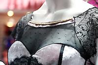 SAO PAULO, SP, 16 DE JUNHO DE 2013.  SALAO MODA BRASIL. Lingerie  com detalhes em ouro, avaliada em dezessete mil reais. apresentada no Salão Internacional de Moda Intima, Praia, Fitness, textil e aviamento. o Salão Moda Brasil acontece em São Paulo no Expo Center Norte. Durante a feira são apresentadas as novidades do setor. FOTO ADRIANA SPACA/BRAZIL PHOTO PRESS