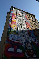 SAO PAULO, 26 DE JULHO DE 2012 - GRAFITE GIGANTE PAULISTA -  O Edifício Regina, na esquina da Avenida Palista com a  Brigadeiro Luís Antônio que está sendo grafitado pelo artista plástico Rui Amaral, visto na manha desta quinta feira. A arte deve ser finalizada nesta sexta feira (26), regiao central da capital. FOTO: ALEXANDRE MOREIRA - BRAZIL PHOTO PRESS
