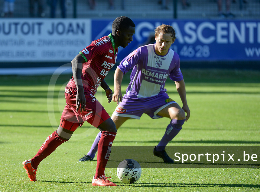 SW Harelbeke - SV Zulte Waregem : Bryan Verboom aan de bal voor Valentin Romont (r) <br /> foto VDB / BART VANDENBROUCKE