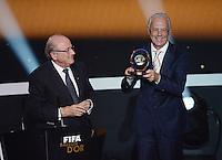 Fussball International  FIFA Ballon d Or   07.01.2013 FIFA Presidential Award Franz Beckenbauer (re, Deutschland) bekommt den Praesidenten Preis von FIFA Praesident Joseph S. Blatter (li, Schweiz)