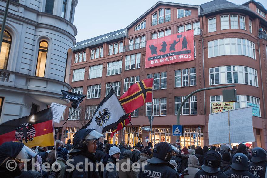 """Der rechte Aufmarsch vor einem Transparent von """"Berlin gegen Nazis"""" // Rund 300 Rechte, darunter Neonazis und AfD-Anhänger, versammelten sich unter dem Motto """"Nein zur GroKo"""" in Berlin."""