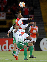 BOGOTA- COLOMBIA – 11-02-2016: Carlos Alberto Ibarguen (Der.) jugador del Independiente Santa Fe de Colombia, disputa el balon con Carlos Añez (Der.) jugador de Oriente Petrolero de Bolivia,  durante partido de vuelta entre Independiente Santa Fe de Colombia y Oriente Petrolero de Bolivia, por la primera fase de la Copa Bridgestone Libertadores en el estadio Nemesio Camacho El Campin, de la ciudad de Bogota. / Carlos Alberto Ibarguen (R) player of Independiente Santa Fe of Colombia, figths for the ball with Carlos Añez (L) player of Oriente Petrolero of Bolivia during a match for the second leg between Independiente Santa Fe of Colombia and Oriente Petrolero of Bolivia for the first phase, of the Copa Bridgestone Libertadores in the Nemesio Camacho El Campin in Bogota city.VizzorImage / Luis Ramirez / Staff.