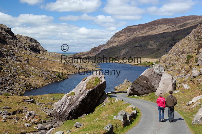 Ireland, County Kerry, near Killarney: The Gap of Dunloe with hikers | Irland, County Kerry, bei Killarney, Wanderer am Gap of Dunloe