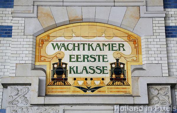 Haarlem- Station Centraal. Tegeltableau bij de vroegere Wachtkamer Eerste Klasse . Tegels van de firma Rozenburg
