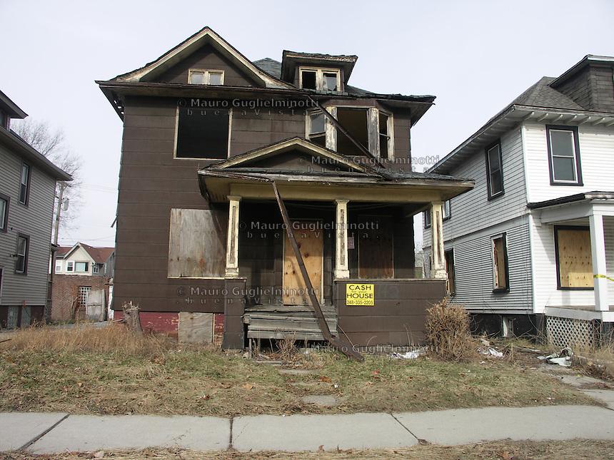 Detroit: downtown. Una casa rotta e decadente in vendita.