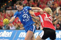 Handball 1. Bundesliga Frauen 2013/14 - Handballclub Leipzig (HCL) gegen Thüringer HC (THC) am 30.10.2013 in Leipzig (Sachsen). <br /> IM BILD: Karolina Szwed Örneborg / Oerneborg (HCL) gegen Danick Snelder <br /> Foto: Christian Nitsche / aif