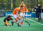 BLOEMENDAAL - Yannick van der Drift (Bldaal) met links Gijs Campbell (Den Bosch)   tijdens de hoofdklasse competitiewedstrijd hockey heren,  Bloemendaal-Den Bosch (2-1) COPYRIGHT KOEN SUYK