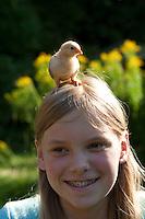 Mädchen mit Hühnerküken auf dem Kopf, Küken im Garten, Zwerghuhn, Zwerghühner, glückliche Hühner, freilaufende Hühner, artgerechte Tierhaltung, Landidylle, Idylle