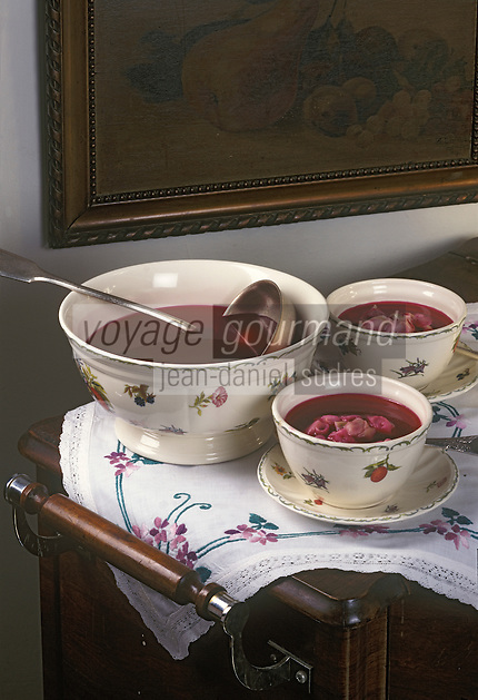 Europe/Pologne/Varsovie : Potage de betteraves rouges aux raviolis (czerwony barszcz z koldunami) ou borsch rouge