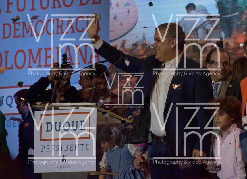 BOGOTA - COLOMBIA, 17-06-2018: El candidato a la presidencia Iván Duque llega a su lugar de reunión. La segunda vuelta de las elecciones presidenciales de Colombia de 2018 se celebrarán el domingo 17 de junio de 2018. El candidato ganador gobernará por un periodo máximo de 4 años fijado entre el 7 de agosto de 2018 y el 7 de agosto de 2022. /The presidential candidate Ivan Duque, arrives to his meeting place . Colombia's 2018 second round presidential election will be held on Sunday, June 17, 2018. The winning candidate will govern for a maximum period of 4 years fixed between August 7, 2018 and August 7, 2022. Photo: VizzorImage / Nicolas Aleman / Cont