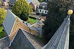 Foto: VidiPhoto<br /> <br /> VALBURG – Om te voorkomen dat na de restauratie van de Hervormde kerk in Valburg (Gld) zich opnieuw vocht ophoopt in de muren, wordt de bovenzijde van de steunberen donderdag door aannemer ExtraHandig voorzien van een afdichting met planken. Een kostbare zaak ondanks dat het slechts om een smalle strook metselwerk gaat, omdat hiervoor duurzaam eikenhout moet worden gebruikt. De kerk is een rijksmonument en aan herstel en restauratie worden strenge eisen gesteld. Het regelwerk aan de steunberen is onderdeel van een ingrijpende restauratie aan met name de binnenzijde van de kerk. Door ophoping van vocht in de muren liet het pleisterwerk aan de binnenzijde los. Dat is nu verwijderd. Een nieuwe pleisterlaag kan pas aangebracht worden als de muren weer droog zijn.