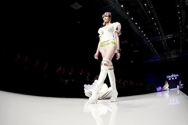 SMA013. PEKÍN (CHINA), 25/10/2012.- Una modelo presenta una creación de la marca china Ordifen hoy, jueves 25 de octubre de 2012, durante la Semana de la Moda Mercedes-Benz China en Pekín (China). EFE/DIEGO AZUBEL