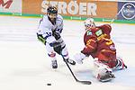 Straubings StevenSeigo (Nr.16)  scheitert alleine vor Duesseldorfs Goalie Mathias Niederberger (Nr.35)  an seinem Stickhandling beim Spiel in der DEL, Duesseldorfer EG (rot) - Straubinger Tigers (weiss).<br /> <br /> Foto © PIX-Sportfotos *** Foto ist honorarpflichtig! *** Auf Anfrage in hoeherer Qualitaet/Aufloesung. Belegexemplar erbeten. Veroeffentlichung ausschliesslich fuer journalistisch-publizistische Zwecke. For editorial use only.