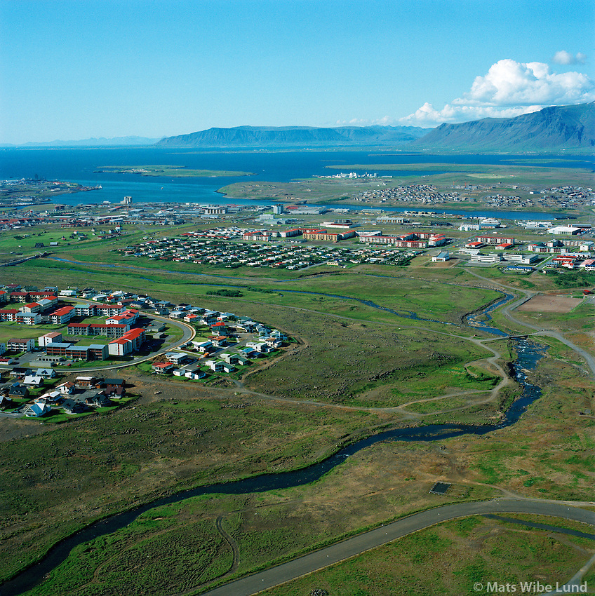 Elliðaá til norðvesturs, Breiðholt t.v. og Árbæjarhverfi í bakgrunni, Reykjavík. / Ellidaa river viewing northwest, Breidholt left and Arbaer district in background, Reykjavik