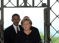Besuch des Präsidenten der vereinigten Staaten von Amerika (USA) Barack Obama vom 4. bis 5. Juni 2009 in der Bundesrepublik Deutschland - Visite in der Mahn- und Gedenkstätte Buchenwald auf dem Ettersberg bei Weimar (Freitag der 5.6.2009) - im Bild:  der Präsident Barack Obama und Kanzlerin Angela Merkel durchschreiten das Lagertor. Porträt Foto: Norman Rembarz..