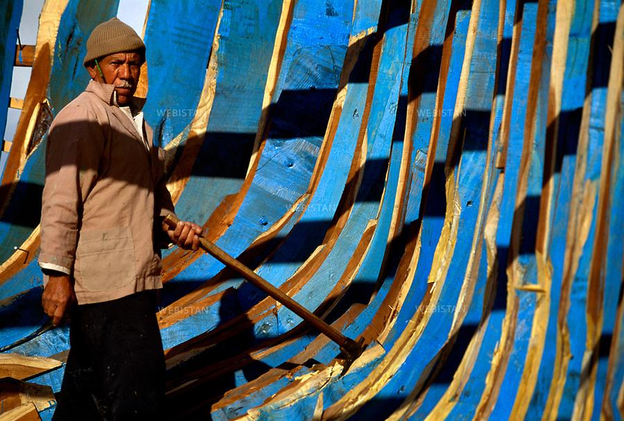 Egypt. Dumyat. 1996<br />Traditional construction of the frame of a fishing boat.<br />On the Nile, when the eastern branch of the river flows into the Mediterranean, Dumyat is a n important stop on the river and land route. Conquerors and merchants, travelers and fishermen stopped there. Dumy&acirc;t is also famous for its wooden crafts.<br />This photo was shot during a reportage on the city of Cairo for National Geographic Magazine.<br /><br />&Eacute;gypte. Dumy&acirc;t. 1996 <br />Construction traditionnelle de la charpente d&rsquo;un bateau de p&ecirc;cheurs.<br />Au fil du Nil, quand la branche est du fleuve se jette dans la M&eacute;diterran&eacute;e, Dumy&acirc;t est une halte obligatoire sur la route fluviale et terrestre. Conqu&eacute;rants et commer&ccedil;ants, voyageurs et p&ecirc;cheurs s&rsquo;y sont arr&ecirc;t&eacute;s. Dumy&acirc;t est aussi r&eacute;put&eacute;e pour son artisanat du bois. <br />Image prise dans le cadre d'un reportage sur le Caire pour le National Geographic magazine.
