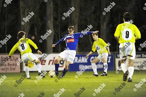2011-03-12 / Voetball / seizoen 2010-2011 / Hooikt - Beerzel / Laurens Nauwelaerts (Hooikt) wordt ingesloten..Foto: Mpics