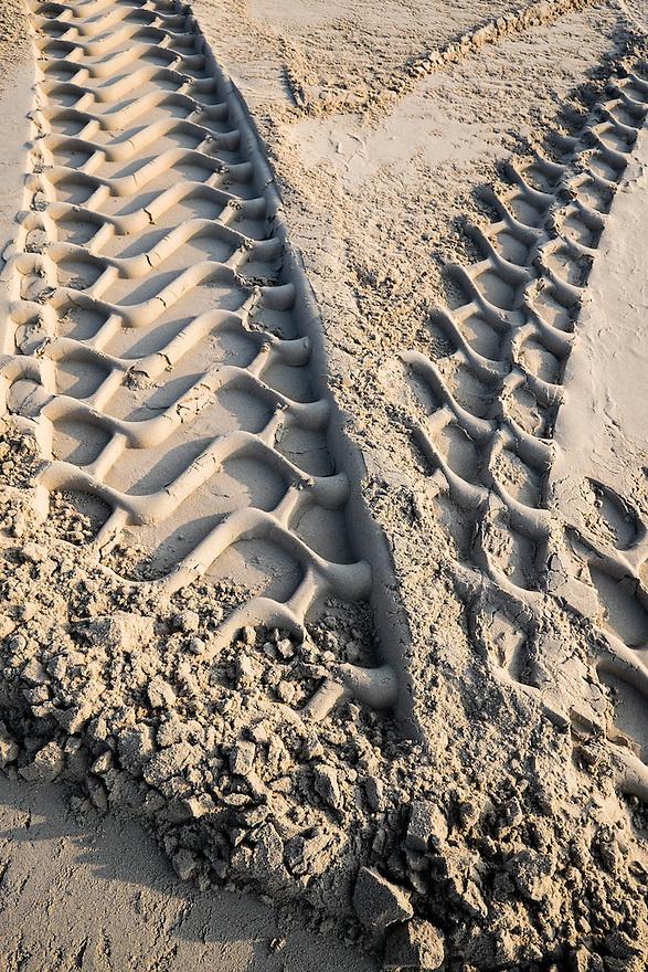 Nederland, Camperduin,  17 maart 2015<br /> Sporen in het zand van het strand aan de voet van de hondsbosse zeewering bij Camperduin.  <br /> Foto: (c) Michiel Wijnbergh