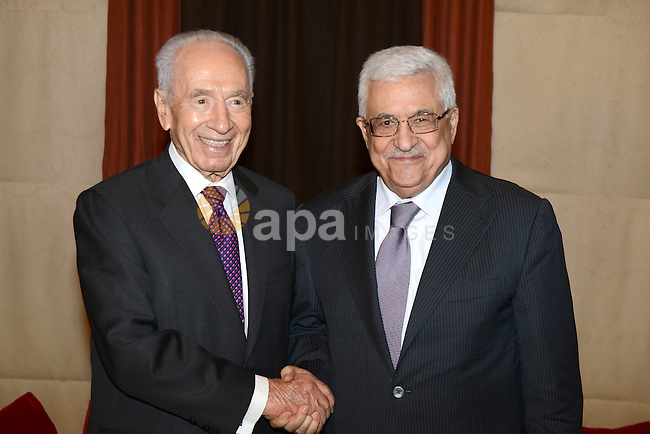 Palestinian President Mahmoud Abbas (Abu Mazen) meets with Israeli President Shimon Peres in the Dead Sea in Jordan on May 26, 2012. Photo by Thaer Ganaim