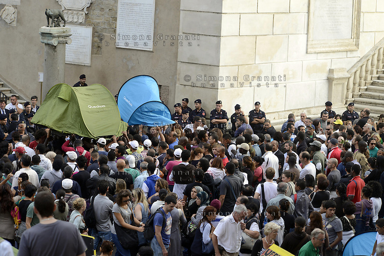 Roma, 1 Ottobre 2012.Piazza del Campidoglio.Manifestazione dei movimenti per il ditto all'abitare contro la svendita dei beni del Comune, contro gli sfratti e per il diritto alla casa