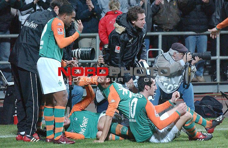 DFB-Pokal / Halbfinale 2004<br /> <br /> Werder Bremen vs VfL Luebeck<br /> Gemeinsamer Jubel nach dem 3-2 Siegtreffer in der Verlaengerung des Spiels. Der Torschuetze des Treffers Nelson Valdez wird von den beiden anderen Torschuetzen Ailton und Johan Micoud von Werder zu seinem Tor beglueckwunscht.<br /> <br /> Foto &copy; nordphoto <br /> <br />  *** Local Caption *** Foto ist honorarpflichtig! zzgl. gesetzl. MwSt.<br />  Belegexemplar erforderlich<br /> Adresse: nordphoto<br /> Georg-Reinke-Strasse 1<br /> 49377 Vechta