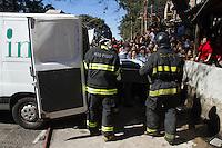 SAO PAULO 07 DE JULHO DE 2013 - Bombeiros retiram corpos de tres vitimas no Rescaldo do Incendio que atingiu parte da favela do Heliopolis na madrugada deste domingo (07) na zona sul de Sao Paulo. Os corpos nao foram idenficados ainda. (Foto: Amauri Nehn/Brazil Photo Press)
