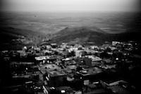 La vieille ville de Mardin est construite à flanc de colline, entre les bassins du Tigre et de l'Euphrate. La ville citadelle fut un centre de contrôle aérien stratégique pendant la guerre civile (1985-1999). La base militaire au sommet fut la cible du PKK.<br /> <br /> The city of Mardin, between the basins of the Tigris and Euphrates. The citadel city was a center of strategic air traffic control during the civil war (1985-1999). The military base at the top was the target of the PKK.