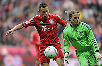 FUSSBALL   1. BUNDESLIGA  SAISON 2011/2012   23. Spieltag  26.02.2012 FC Bayern Muenchen - FC Schalke 04        Ivica Olic (li, FC Bayern Muenchen) gegen  TorwaTimo Hildenbrand (FC Schalke)