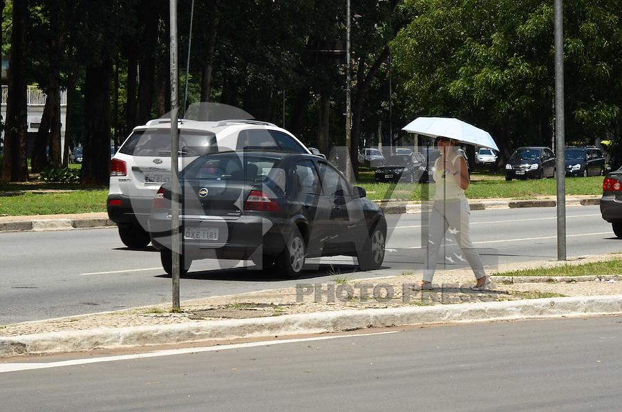 SÃO PAULO, SP, 03 DE FEVEREIRO DE 2012 - CLIMA TEMPO - Pedestre se protege do sol em tarde quente, nesta sexta-feira, na região do Parque do Ibirapuera. FOTO: ALEXANDRE MOREIRA - NEWS FREE.