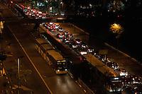 SÃO PAULO-SP-05,09,2014- TRÂNSITO 9 DE JULHO - O Motorista enfrenta lentidão na Avenida 9 de Julho sentido centro.Região centro sul da cidade de São Paulo, no começo da noite dessa Sexta-Feira,05(Foto:Kevin David/Brazil Photo Press)