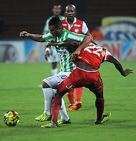 MEDELLIN - COLOMBIA -29-03-2014: Edwin Cardona (Izq.) jugador de Atletico Nacional disputa el balón con Dairon Mosquera (Der.) jugador de Independiente Santa Fe durante partido Atletico Nacional y el Independiente Santa Fe por la fecha 13 de la Liga Postobon I 2014, jugado en el estadio Atanasio Girardot de la ciudad de Medellin.  / Edwin Cardona (L) player of Atletico Nacional fights for the ball with Dairon Mosquera (R) player of Independiente Santa Fe during a match Atletico Nacional and Independiente Santa Fe for the date 13th of the Liga Postobon I 2014 at the Atanasio Girardot stadium in Medellin city. Photo: VizzorImage. / Luis Rios / Str.