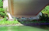 Roma 2006..Abitazioni di senza fissa dimora sotto i ponti lungo il fiume Tevere.