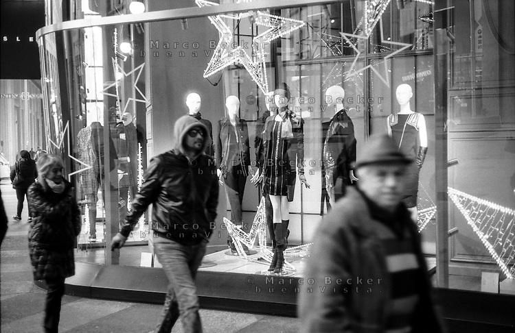 Milano, zona centro. Negozi addobbati per Natale in corso Vittorio Emanuele --- Milan, downtown. Shops decorated for Christmas in Vittorio Emanuele street