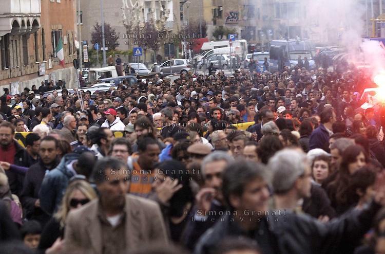 Roma, 5 Novembre 2011.Manifestazione da Garbatella a San Paolo in risposta allo sgombero dell'ex Deposito Atac
