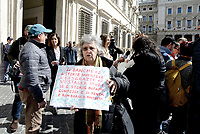 Roma, 8 Aprile 2019<br /> Una delegazione delle vittime dell'instabilità bancaria , di fronte Palazzo Chigi , in attesa dell'incontro con il premier Giuseppe Conte per chiedere l'attuazione del fondo di compensazione per i risparmiatori istituito dal governo, che non è stato attuato entro il termine del 31 gennaio 2019 .