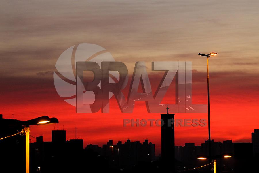 SAO PAULO, SP, 13 DE MAIO 2013, CLIMA TEMPO - SAO PAULO - Amanhecer no bairro da Liberdade no centro da cidade de Sao Paulo, nesta segunda-feira, 13FOTO: LUIZ GUARNIERI/BRAZIL PHOTO PRESS