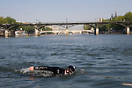 Paris, France. 1er Mai 2009..Brigade Fluviale de Paris..9h38 En entrainement de natation (pendant une heure environ)...Paris, France. May 1st 2009..Paris fluvial squad..9:38 am Swimming training (about an hour)
