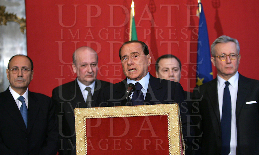 Il presidente di Forza Italia Silvio Berlusconi incontra i giornalisti al termine delle consultazioni col Presidente del Senato a Palazzo Giustiniani, Roma, 4 febbraio 2008, sulla crisi di governo. Alle sue spalle, da sinistra, i parlamentari Renato Schifani, Sandro Bondi, Elio Vito e Giulio Tremonti..Opposition leader Silvio Berlusconi meets reporters at the end of his consultations with President of Italy's  at Rome's Giustiniani Palace, 4 february 2008, on government's crisis. Behind him, from left, members of parliament Renato Schifani, Sandro Bondi, Elio Vito e Giulio Tremonti..UPDATE IMAGES PRESS/Riccardo De Luca