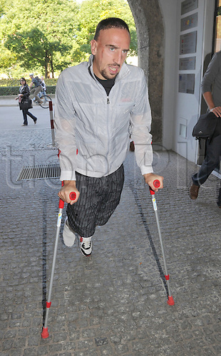 21.09.2010 Bayern Munich's Franck Ribers walks with crutches on his way to the praxis of Bayern's team doctor Dr. Mueller-Wohlfahrt in Munich, 21.09.2010 Germany, 22 September 2010.
