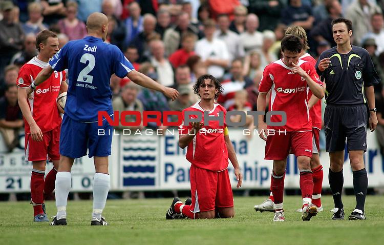 RLN 2006/2007 - 35.Spieltag RŁckrunde <br /> <br /> Kickers Emden - FC Rot-WeiŖ Erfurt<br /> <br /> Ronny Hebestreit (Mitte, am Boden) diskutiert mit Rudolf Zedi (links) nach Foul<br /> <br /> <br /> <br /> Foto &copy; nordphoto *** Local Caption *** Foto ist honorarpflichtig! zzgl. gesetzl. MwSt.<br /> <br /> <br /> <br /> Belegexemplar erforderlich