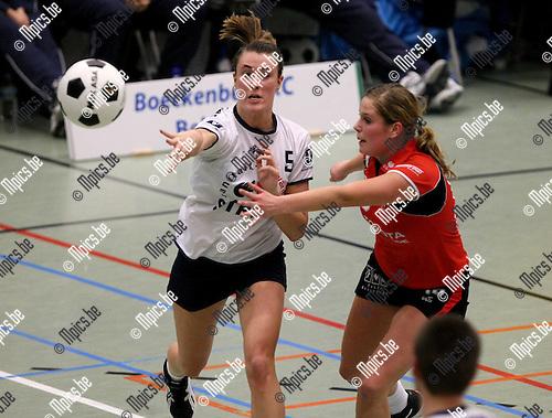 2010-01-23 / Korfbal/ Europacup 2010 finale / Boeckenberg - DOS'46 / Sofie Goossens (Boeckenberg) geeft een pass..Foto: mpics
