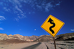 Amérique du Nord, Etats Unis, ouest, état de Californie, parc national de la Vallée de la Mort (Death Valley), panneau d'indication de virages//North America, United States of America, west, California State, Death Valley national park, bend road sign
