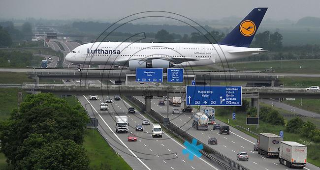 """Größtes Passagierflugzeug der Welt zu Gast am Flughafen Leipzig/Halle.Am 1. Juni besucht der erste Airbus A 380 der Lufthansa den Flughafen Leipzig/Halle, um ein umfangreiches Trainingsprogramm zu absolvieren..Der Airbus A 380 ist mit einer Spannweite von 79,80 Metern, einer Länge von 73 Metern sowie einer Höhe von 24 Metern das größte Passagierflugzeug der Welt...,,Touch and Go"""" auf der Start- und Landebahn Nord.Die A 380 wird gegen 07:40 Uhr aus Frankfurt kommend erwartet und sofort mit dem Trainingsprogramm beginnen. Trainiert werden die Flugmanöver auf der 3.600 Meter langen Start- und Landebahn Nord..Im Rahmen des Trainings wird die A 380 Landeanflüge absolvieren und nach dem Aufsetzen (Touch) sofort wieder Durchstarten (Go)..Geplant sind drei Trainingseinheiten von jeweils ca. zwei Stunden. Der Abflug zurück nach Frankfurt ist für ca. 17:00 Uhr vorgesehen. - im Bild: der Riesenvogel auf der Rollbrücke über die BAB / A 14.  Foto:  Norman Rembarz..Norman Rembarz , Autorennummer 41043728 , Augustenstr. 2,  04317 Leipzig, Tel.: 01794887569, Hypovereinsbank: BLZ: 86020086, KN: 357889472, St.Nr.: 232/261/05808 - Jegliche kommerzielle Nutzung ist honorar- und mehrwertsteuerpflichtig! Persönlichkeitsrechte sind zu wahren. Es wird keine Haftung übernommen bei Verletzung von Rechten Dritter. Autoren-Nennung gem. §13 UrhGes. wird verlangt. Weitergabe an Dritte nur nach  vorheriger Absprache..Eine Nutzung im Online-Bereich ist separat kostenpflichtig.."""