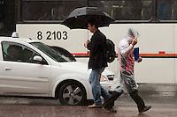 SAO PAULO, SP 11 DE JUNHO DE 2012 - CLIMA TEMPO - Dia frio e chuvoso  na capital paulistana, aumenta a sencao termica do paulistano, nesta de sgunda-feira, 11, no Viaduto do Chá, Centro da Cidade. FOTO RICARDO LOU - BRAZIL PHOTO PRESS