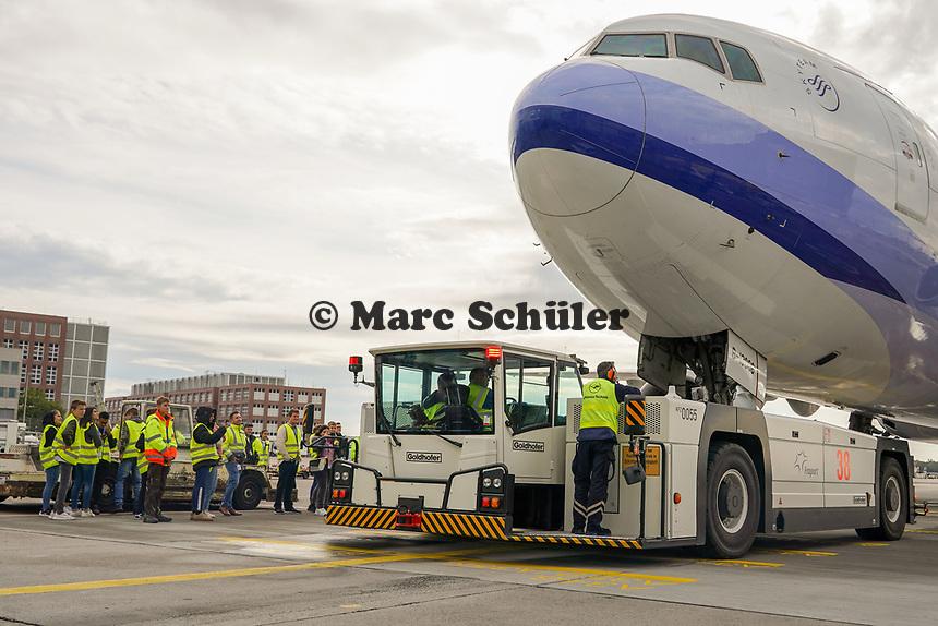 Schüler der Eichwaldschule an der Maschine von Air China mit dem Flugzeugschlepper - Frankfurt 16.10.2019: Eichwaldschule Schaafheim am Frankfurter Flughafen
