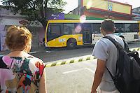 SAO PAULO, SP, 07.01.2014. Um onibus perdeu o controle e bateu em uma arvores na Rua Padre Joao na Penha deixando 25 passageiros feridos, encaminhados ao pronto socorro Hospitais:Tatuapé,Pd Bento,Santa Marcelina e Ermelino Matarazzo nesta terça-feira.(Foto: Adriano Lima / Brazil Photo Press).